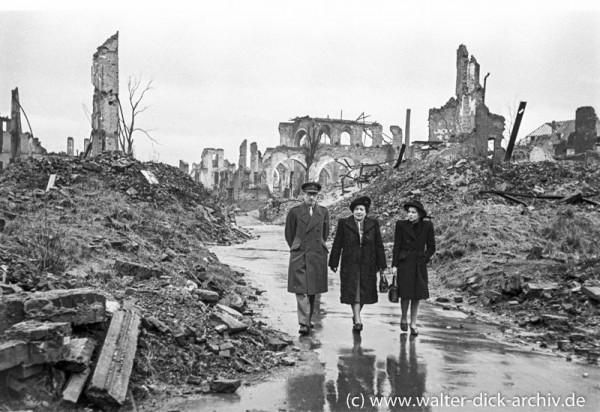 Ein englischer Offizier mit Familie in den Trümmern Kölns