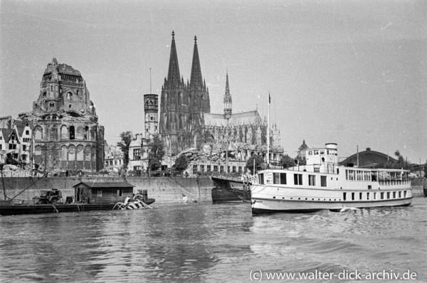 """Schiff der """"Weißen Flotte"""" vor der zerstörten Altstadt"""