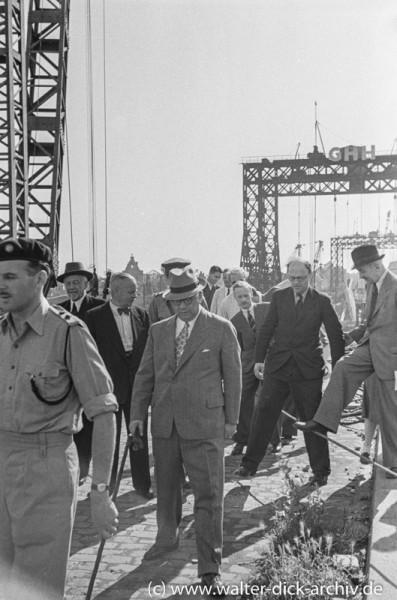 Lord Pakenham auf der Baustelle der Deutzer Brücke
