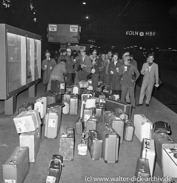 Gastarbeiter für Ford Köln auf dem Kölner Hauptbahnhof