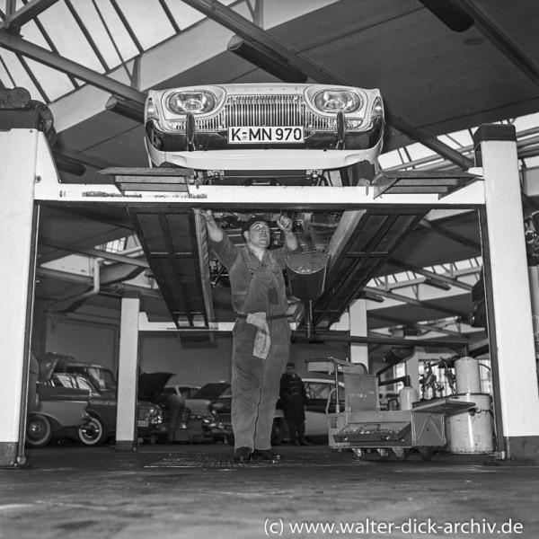Inspektion und Kundendienst in einer Kölner Ford-Werkstatt