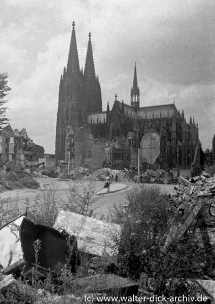 Der Dom inmitten der Ruinen