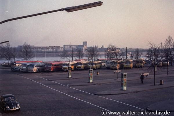 Auf dem Busbahnhof 1954