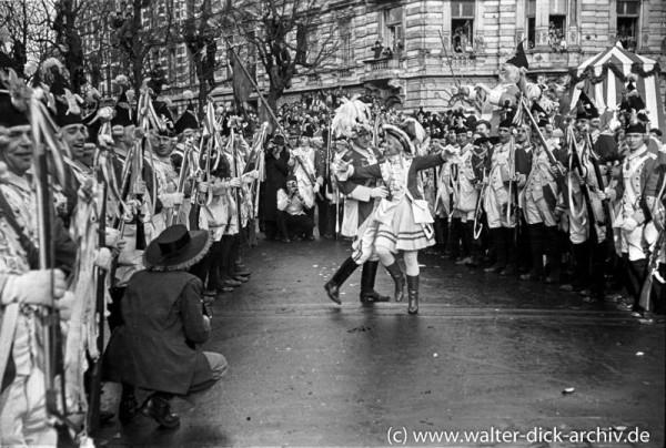 Die Roten Funken tanzen auf der Straße.