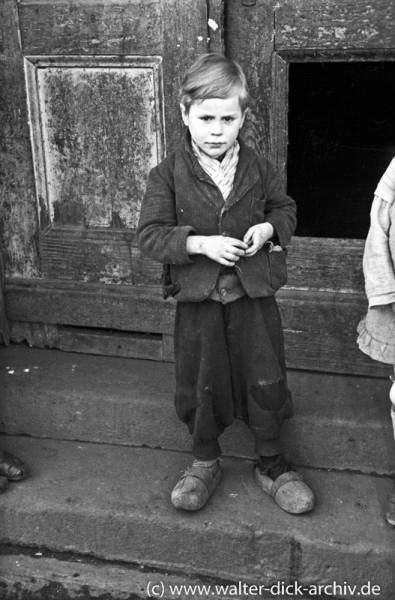 Kleiner Junge mit Holzschuhen