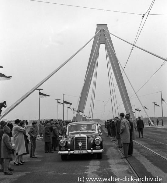 """Der """"Adenauer Mercedes"""" auf der neuen Kölner Brücke. 1959"""