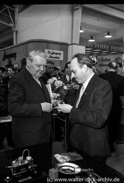 Photokina 1951 in Köln Ludwig Erhard informiert sich.