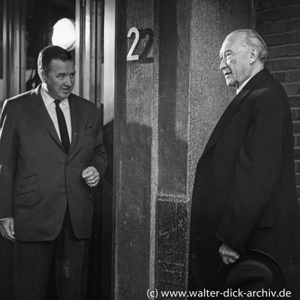 Henry Ford II begrüßt Konrad Adenauer am Eingang der Kölner Ford Werke