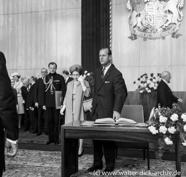 Auch Prinz Philip hat sich eingetragen.