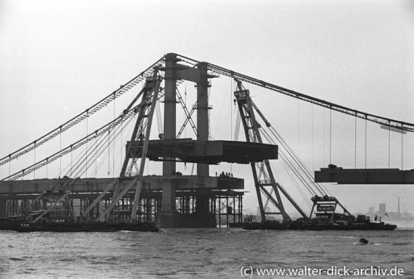 Einhängen eines Brückenteils der Mülheimer Brücke