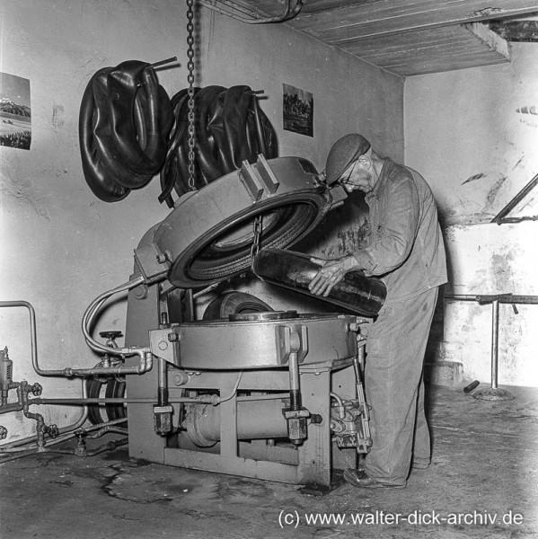 Vulkanisieren eines Reifens 1963 in Düsseldorf