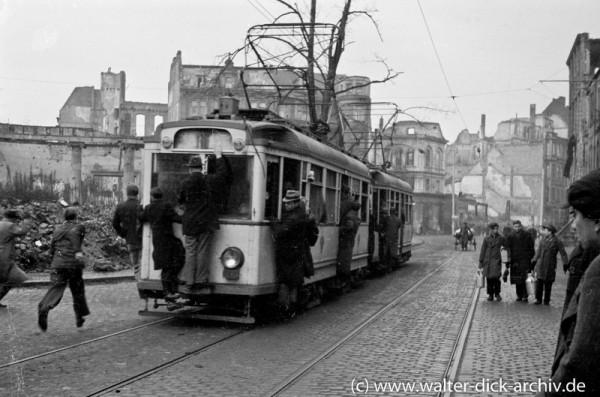 Straßenbahn nach Kriegsende in Köln am Friesenplatz 1946