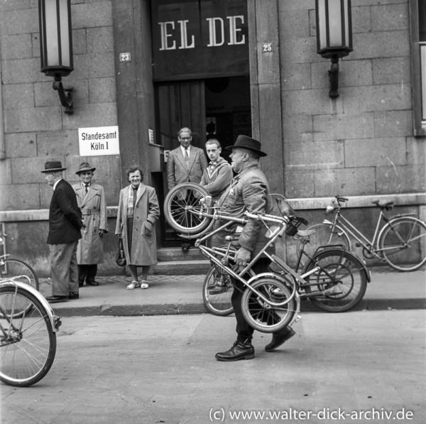 Ein Faltrad-Sensation vor dem Kölner Standesamt 1955