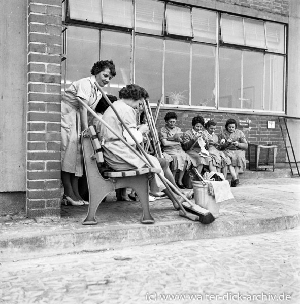 Stricken in der Pause vor einer Halle bei Ford Köln