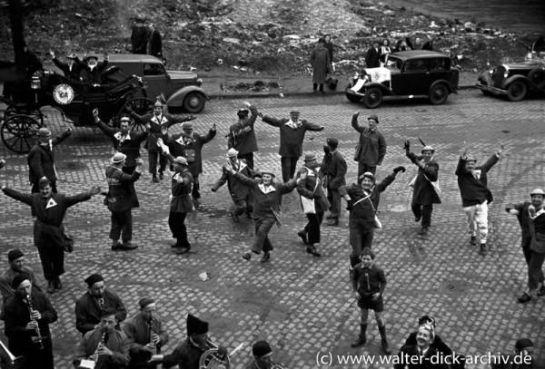 Kölsche Karnevalsjecken beim Rosenmontagszug